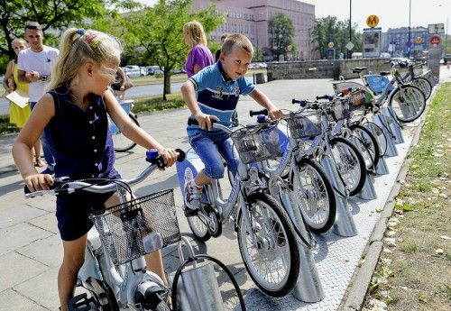 epa04882064 Children ride on 'Veturilko' public bikes for children during a launch of new public city bikes for children in Warsaw, Poland, 13 August 2015. Veturilko is a system of bicycles for children aged from four to six-year-old available for hire within its urban bike rental area. It is the first public bike system for children in Europe.  EPA/MARCIN OBARA POLAND OUT
