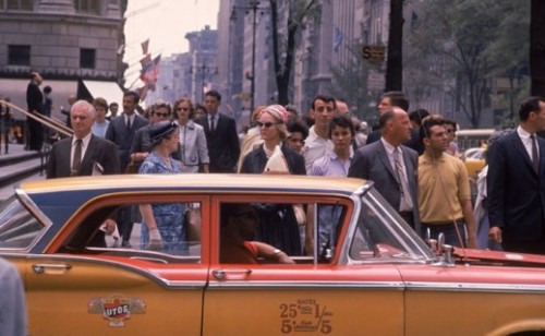 Les gens et les taxis encombrent une rue bondée New York City Fifth Ave au long de la 50e rue en 1960.