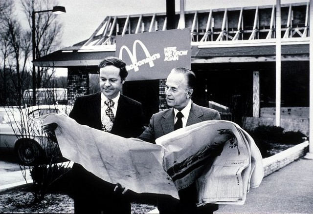 Fred Turner et Ray Kroc examinent les plans du futur restaurant McDonald's